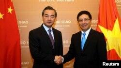 Ủy viên Quốc vụ-Ngoại trưởng Trung Quốc Vương Nghị (trái) bắt tay Phó thủ tướng-Bộ trưởng Ngoại giao Việt Nam Phạm Bình Bình trong một chuyến thăm Hà Nội .