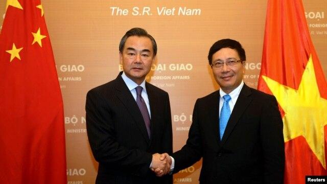 Ngoại trưởng Trung Quốc Vương Nghị và Ngoại trưởng Việt Nam Phạm Bình Minh.