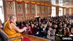 达赖喇嘛1月17日在印度向信众传法。