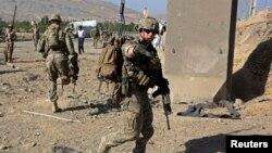 Binh sĩ Mỹ trong Lực lượng Hỗ trợ An ninh Quốc tế do NATO lãnh đạo (ISAF) tại hiện trường một cuộc tấn công tự sát ở Maidan Shar, thủ phủ của tỉnh Wardak, Afghanistan, tháng 9/2013.
