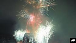 悉尼港湾大桥烟火绽放,庆祝2012新年降临