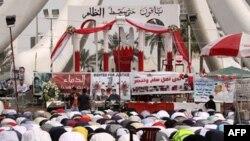 Anti-vladini demonstranti učestvuju u popodnevnoj molitvi na Bisernom trgu u Manami