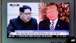 រូបភាពឯកសារ៖ ប្រធានាធិបតីសហរដ្ឋអាមេរិកដូណាល់ ត្រាំ និងមេដឹកនាំ កូរ៉េខាងជើង Kim Jong Un លេចលើកញ្ចក់ទូរទស្សន៍ក្នុងស្ថានីយ៍រថភ្លើងសេអ៊ូល ប្រទេសកូរ៉េខាងត្បូង។