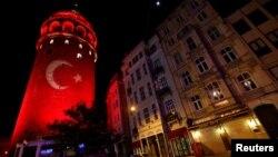 2016年12月12日,土耳其伊斯坦布尔,土耳其国旗映照在历史建筑加拉塔高楼上,以纪念星期六爆炸案的受害者。