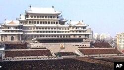 រូបថតដែលផ្សាយទីភា្នក់ងារព័ត៌មានមជ្ឈិមកូរ៉េ (Korean Central News Agency) និងចែកចាយនៅក្រុងតូក្យូដោយទីភា្នក់ងារព័ត៌មានកូរ៉េ (Korea News Service) បង្ហាញពីហ្វូងមនុស្សច្រើនពាន់នាក់បានចូលរួមនៅពិធីបុណ្យសពជាតិសម្រាប់សពអតីមេដឹកនាំ