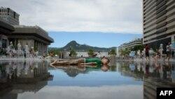 지난 8월 서울 시내 분수에서 한 어린이가 더위를 식히고 있다. (자료사진)