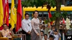 Pemimpin oposisi Myanmar Aung San Suu Kyi bersiap untuk memberikan sambutan dalam rapat terbuka di Ranggon, Sabtu (17/5).