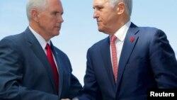 El vicepresidente estadounidense Mike Pence estrecha la mano con el primer ministro de Australia, Malcolm Turnbull, tras una conferencia de prensa en la Casa del Almirantazgo en Sydney, Australia, el 22 de abril de 2017.