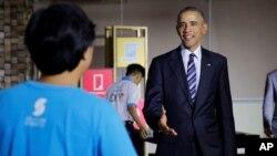 Tổng thống Hoa Kỳ Barack Obama nói chuyện với một nhân viên làm việc tại Dreamplex ở TpHCM, ngày 24/5/2016.