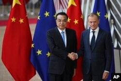 9일 벨기에 브뤼셀에서 열린 중국-EU 정상회담에서 리커창 중국 총리와 도날드 투스크 정상회의 상임의장이 악수하고 있다.