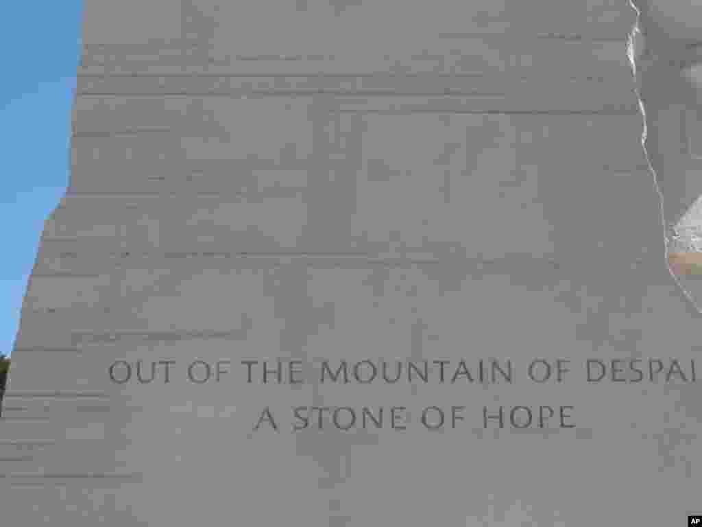 纪念墙上刻有金博士不同时期的语录(2): 绝望之山的希望之石