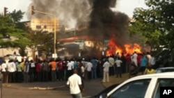 Hotunan hadarin motar dakon mai a unuguwar Wuse 2 kan titin Aminu Kano Crescent a Abuja.