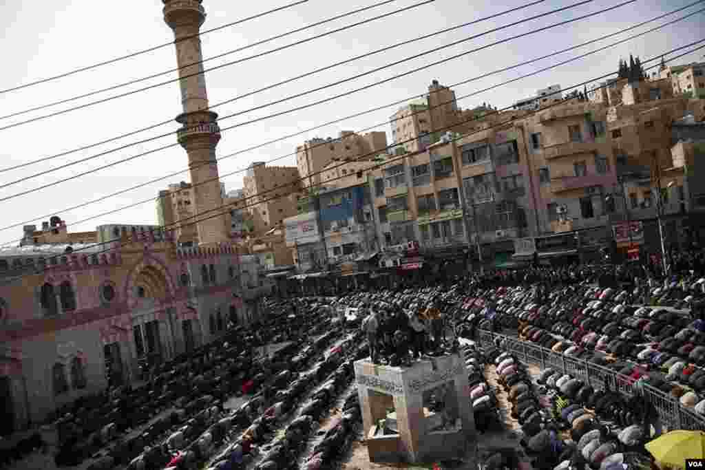 Muslims gathered for Friday prayer in central Amman, Jordan, November 16, 2012. (Y. Weeks/VOA)