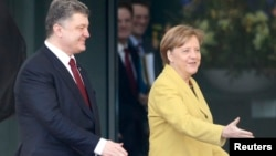 German Chancellor Angela Merkel welcomes Ukrainian President Petro Poroshenko at the Chancellery in Berlin, March 16, 2015.