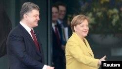 ນາຍົກລັດຖະມົນຕີເຢຍຣະມັນ ທ່ານນາງ Angela Merkel ຕ້ອນຮັບ ປະທານາທິບໍດີຢູເຄຣນ ທ່ານ Petro Poroshenko ຢູ່ສຳນັກງານນາຍົກ ໃນນະຄອນຫລວງ Berlin, ວັນທີ 16 ມີນາ 2015.