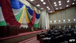 Le parlement centrafricain lors de la réception du secrétaire général de l'ONU Antonio Guterres, le 27 octobre 2017 à Bangui. (Photo by ALEXIS HUGUET / AFP)
