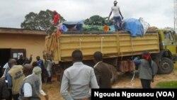 Ariivée à Mindouli du véhicule rempli de kits humanitaires, à Mindouli, Congo-Brazzaville, le 20 octobre 2016. (VOA/ Ngouela Ngoussou)