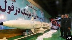 이란 정예군 혁명수비대가 사거리 1천km 지대함 탄도미사일 '데즈풀(Dezful)' 을 공개했다.