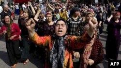 Urumçi'de gösteri yapan Uygur kadınlar