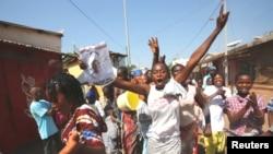 Un groupe de jeunes femmes célèbrant la victoire de leur candidat, Adama Barrow, Banjul, Gambie, le 2 décembre 2016. (REUTERS/Thierry Gouegnon)