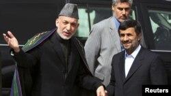 Tổng thống Afghanistan Hamid Karzai và Tổng thống Iran Mahmoud Ahmadinejad tại thủ đô Kabul, tháng 10/2010. Sách lược của Iran nhắm mục đích vừa tăng cường sự ủng hộ trong khối người Shia thiểu số ở Afghanistan, vừa chống lại ảnh hưởng của Tây phương và Hoa Kỳ ở Afghanistan.