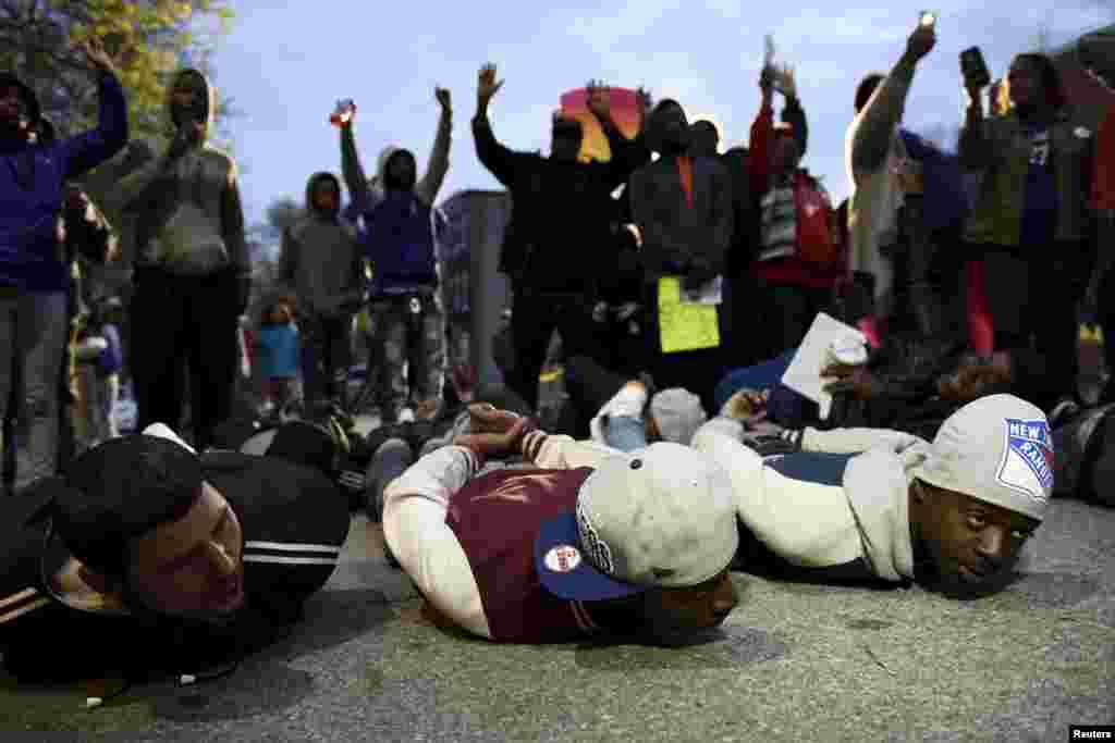 Baltimor Baş Polis İdarəsinin qarşısında etiraz aksiyası