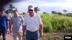 Embaixador Christopher McMullen num campo de desminagem em Malanje (Foto Isaías Soares)