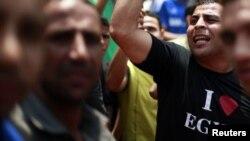 埃及示威者星期五在解放廣場舉行示威。活動人士呼籲民眾星期五舉行抗議活動。他們警告說﹐人民從推翻穆巴拉克政權的起義中得到的好處﹐由於最高法院的裁決可能會遭到扼殺。