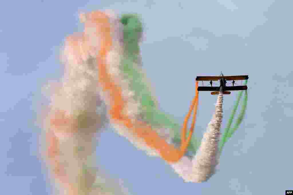 Máy bay Catwalk hay Skycats của Phi đội nhào lộn Scandinavian nhả khói ba màu quốc kỳ Ấn Độ trong khi biểu diễn trong ngày thứ hai của sự kiện Aero India 2015 tại Căn cứ Không quân Yelahanka ở thành phố Bangalore, Ấn Độ.