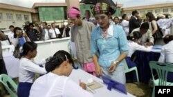 Cử tri ghi danh để đi bầu trong cuộc tổng tuyển cử sắp tới tại Naypyitaw, Miến Ðiện, ngày 18/10/2010