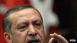 """Premye minis Erdogan di """"pa genyen ekskiz ki kapab lave san yo genyen sou men yo a """" (...) e li kontinye pou l' di """"masak Izrayèl fè sou manm konvwa batiman ki t'ap pote èd imanitè nan Gaza a merite """"tout kalte non""""."""