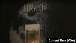 Образцы лунного грунта, добытого советской экспедицией «Луна-16», были представлены на выставке в Нью-Йорке
