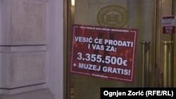 """Nalepnice sa simboličnim cenama za koje će institucije """"biti prodate"""", tokom protesta """"1 od 5 miliona"""" u Beogradu, 11. januara 2020. (Foto: Ognjen Zorić, Radio Slobodna Evropa)."""