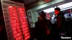 El valor del rublo sigue cayendo y amenaza con una recesión profunda en Rusia.