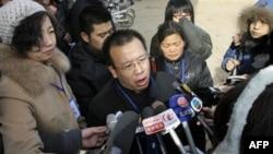 Ông Triệu Liên Hải (giữa) là người đã đứng ra tổ chức biểu tình đòi bồi thường thiệt hại sau vụ sữa bột nhiễm độc (hình chụp ngày 22/1/2009)