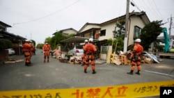 Tim SAR tengah melakukan pencarian korban di sebuah rumah di Mashiki, Kumamoto, selatan Jepang (16/4).