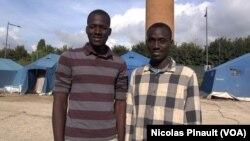 Babacar Sogoba et Sama Tounkara, des amis maliens qui ont quitté Bamako ensemble en 2014 pour tenter de rejoindre l'Europe. Ils posent pour VOA Afrique dans le centre d'accueil de la Croix rouge italienne derrière la gare de Tiburtina, à Rome, le 5 octobre 2015 (Nicolas Pinault/VOA).