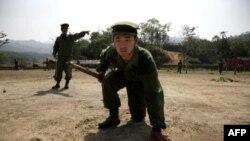 Một tân binh của tổ chức Quân Đội Kachin Độc Lập trong 1 cuộc tập trận gần Laiza, 17/4/2010