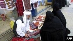 Một người Iran bán vải thêu truyền thống ở thành phố miền đông nam Zahedan, tiếp giáp biên giới với Afghanistan