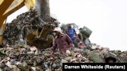 Orang-orang menelusuri sampah untuk didaur ulang di TPA Bantar Gebang di Bekasi, 2 Maret 2016. TPA tersebut menerima lebih dari 6.000 ton sampah setiap hari, tapi fasilitas pengolahan limbahnya kesulitan untuk mengimbangi, mengakibatkan tumpukan sampah ya