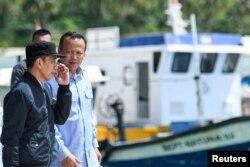 Presiden Joko Widodo (kiri) bersama Menteri KKP Edhy Prabowo saat menijau kondisi di Pulau Natuna, Kepulauan Riau awal tahun ini (foto dok./ Antara).