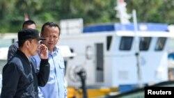 Presiden Joko Widodo bersama Menteri Kelautan dan Perikanan Indonesia Edhy Prabowo saat meninjau Natuna, Kepulauan Riau, 8 Januari 2020. (Foto: Antara Foto/M Risyal Hidayat/via REUTERS)