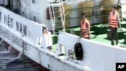 越南海岸警卫队公布的一张视频截图里,几名警卫队船员站在船的一侧。该船便是越南宣称在遭遇中国船只撞击后损坏的越南海岸警卫队船只(2014年5月7日)