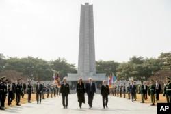 도널드 트럼프 미국 대통령과 부인 멜라니아 여사가 8일 서울 국립현충원을 참배했다.
