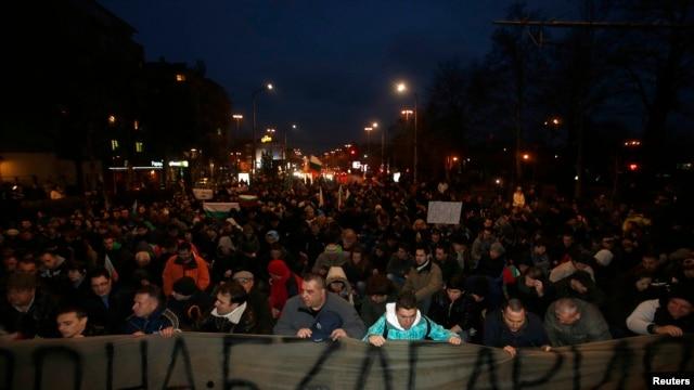 Người biểu tình xuống đường phản đối giá xăng dầu tăng cao tại Sofia, ngày 20/2/2013.