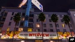 """Spanduk Film """"The Interview"""" dibentangkan di Arclight Cinemas, di Los Angeles. Sony Pictures di Amerika akhirnya mengubah keputusannya dan akan merilis """"The Interview"""", di bioskop-bioskop mulai 25 Desember."""