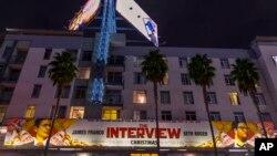 지난 17일 미국 캘리포니아주 헐리우드의 한 극장에 영화 '인터뷰' 홍보 현수막이 걸려있다.
