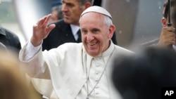 Paus Fransiskus melambaikan tangannya ke para wartawan di bandara internasional Silvio Pettirossi International di Asuncion, Paraguay (10/7)