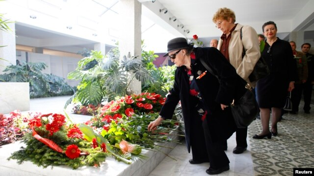Admirers lay flowers at the grave of Jovanka Broz in the House of Flowers mausoleum where she was buried next to her husband, former Yugoslav leader Josip Broz Tito, in Belgrade, Oct. 26, 2013.