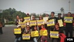 Aksi para peserta di pelataran Monumen Nasional di Jakarta Pusat, Rabu (12/9). (Foto: VOA/Ahmad B.)